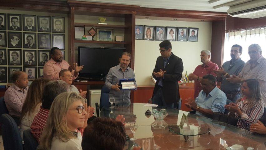 Movimento lojista fluminense homenageia o senador Eduardo Lopes